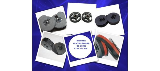 Role tusate masini de scris de culoare neagra si bicolora.