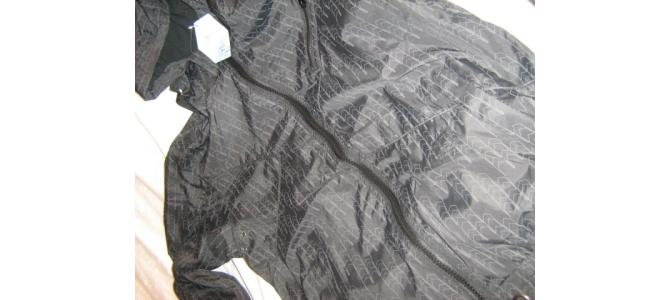Vand geaca neagra cu modele gri cu gluga pentru barbati